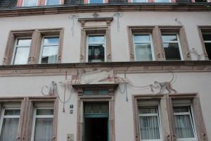 Fassadenmalerei (mit Hauseigentümer), Augustenstraße 8 (© Boris Leuthold, 2012).